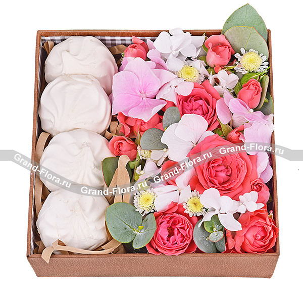 Новинки Гранд Флора Ускользающая красота - коробка с хризантемой и розами фото