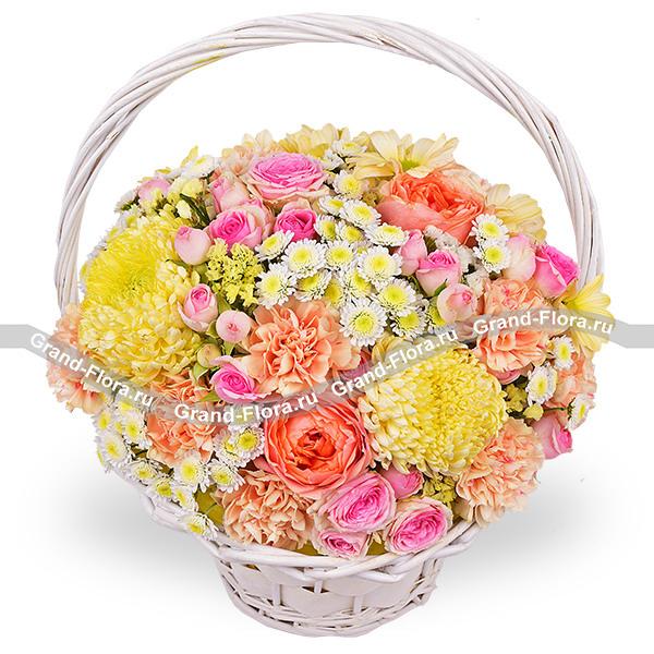 Яркое впечатление - корзина из персиковых и розовых роз