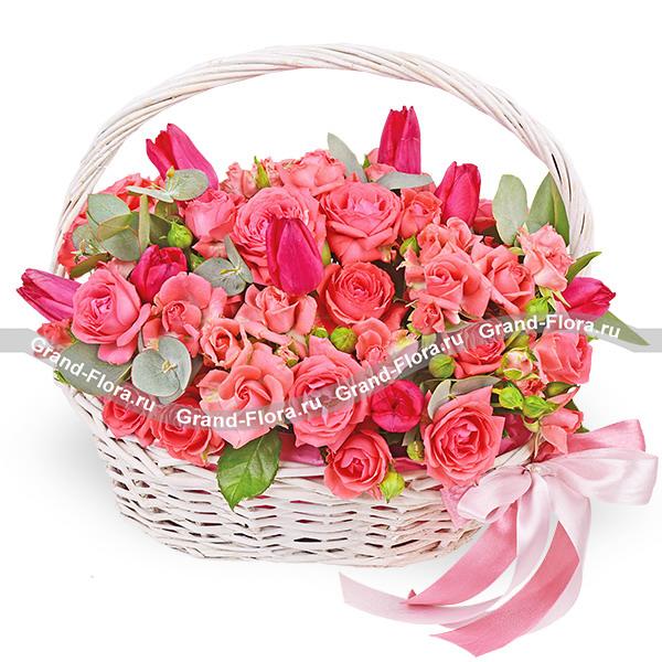 Заветная мечта - корзина с кустовыми розами и тюльпанами