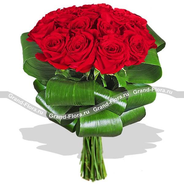 Благородный и изящный букет красных роз