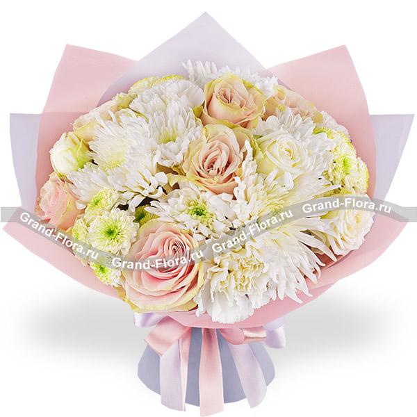 Белый шоколад - букет с белыми хризантемами и кустовыми розами