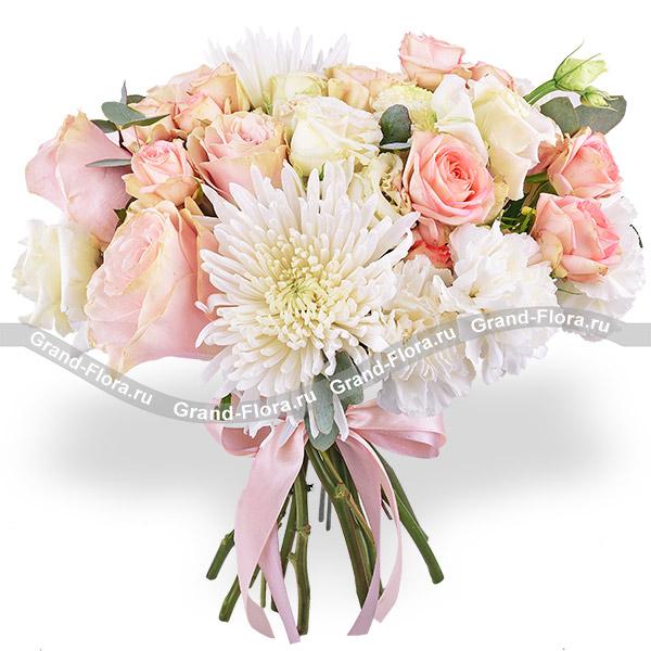 Мечтательница - букет из белых хризантем и эустомы