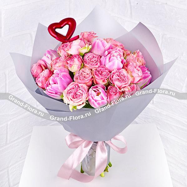 Нежность - букет с розовыми кустовыми розами и тюльпанами