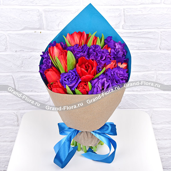 Парижанка - букет из красных тюльпанов и синей эустомы