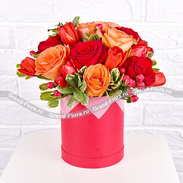 Реальная любовь - коробка с красными розами и тюльпанами