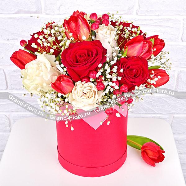 Шанель - коробка с белыми розами и тюльпанами