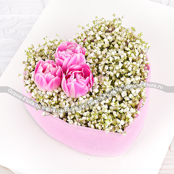 Волшебство любви - сердце с гипсофилой и тюльпанами