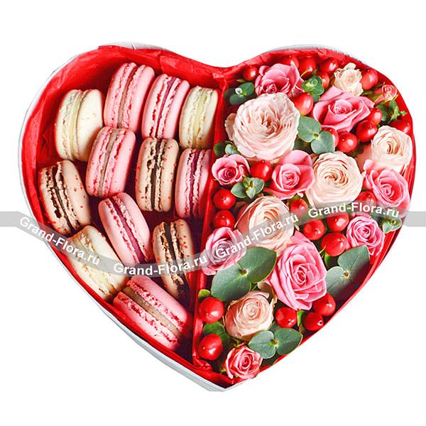 Композиции ко Дню Влюбленных Гранд Флора Признание в любви - коробка с макарунами и кустовыми розами