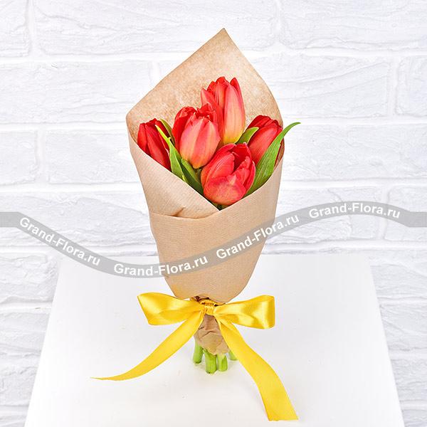 Струны любви - букет из 5 красных тюльпанов от Grand-Flora.ru