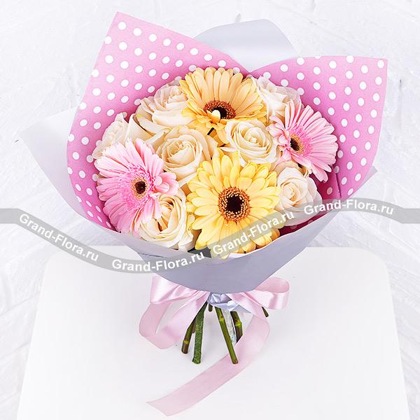 Весенний день - букет с герберами и белыми розами
