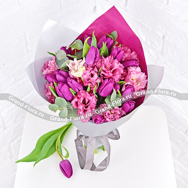 Весенняя серенада - букет из фиолетовых тюльпанов и розовой эустомы