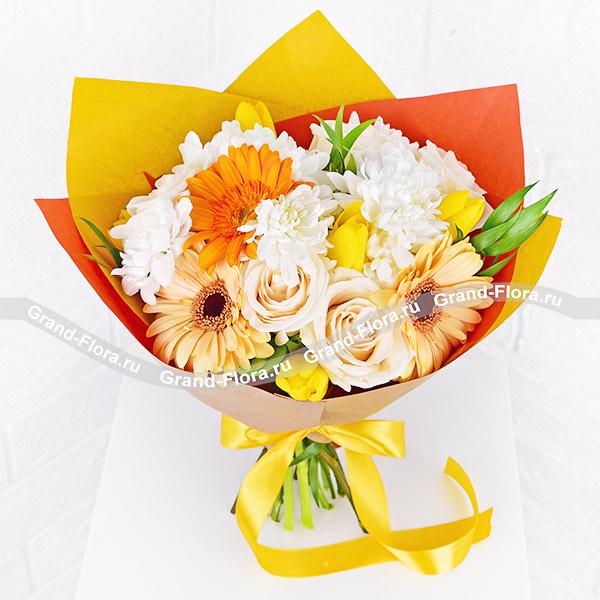 Женское счастье - букет с белыми розами и тюльпанами