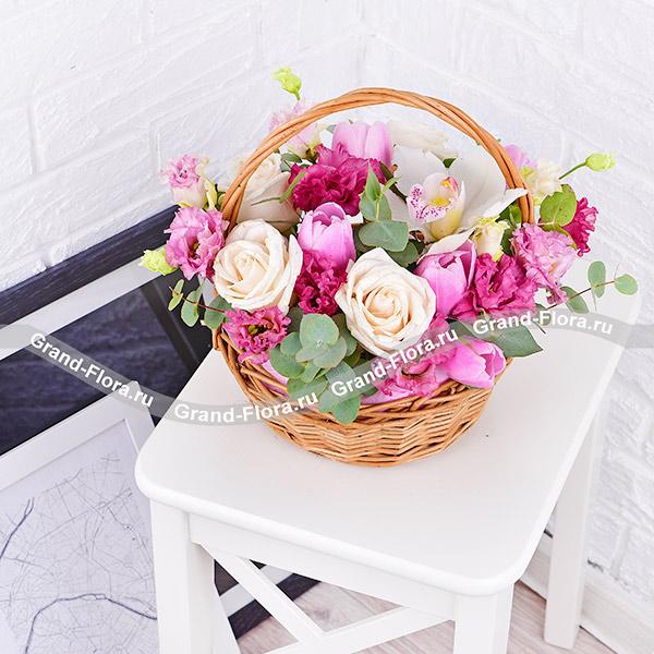Нежный румянец - корзина с белыми розами и орхидеей
