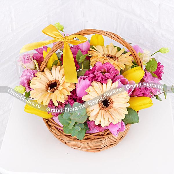 Счастливый день - корзина с желтыми тюльпанами и герберами