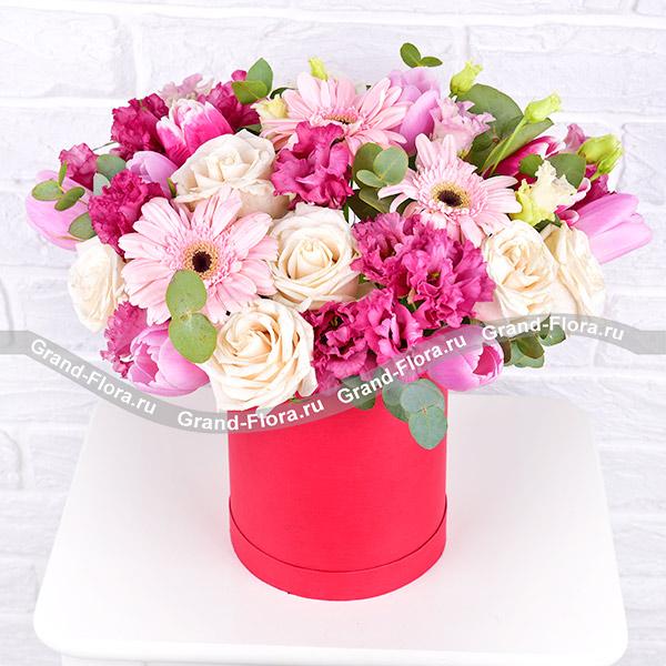 Моей музе - коробка с розовыми тюльпанами и герберами