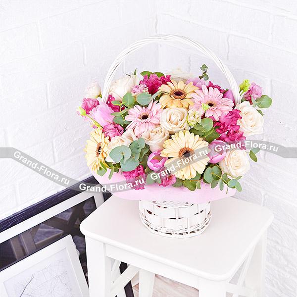 Нежные объятия - корзина с белыми розами и розовыми герберами