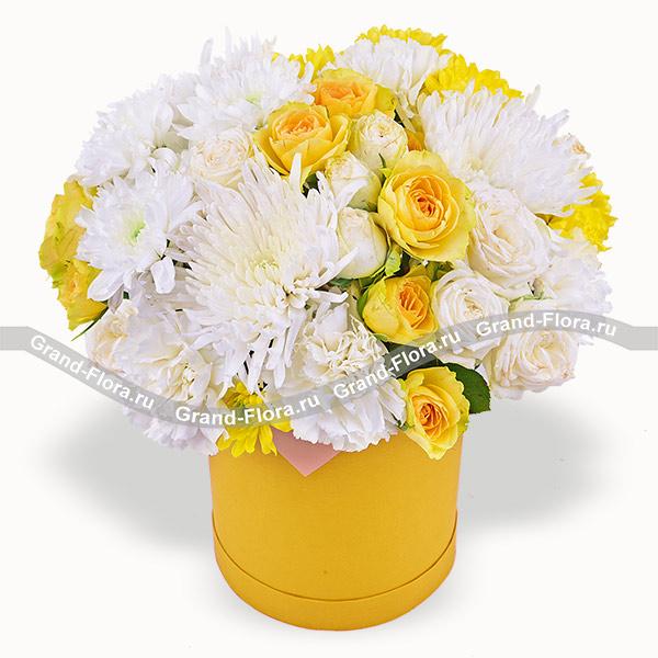 Луч солнца - коробка с желтыми кустовыми розами и хризантемами