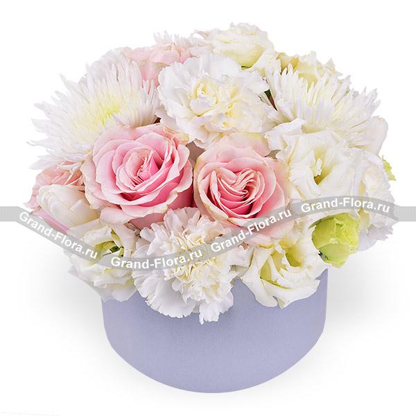 Девичьи сны - коробка с розовыми розами и белыми тюльпанами