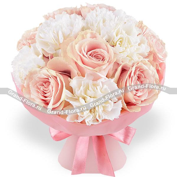 Аромат счастья - букет с розовыми розами и белыми гвоздиками