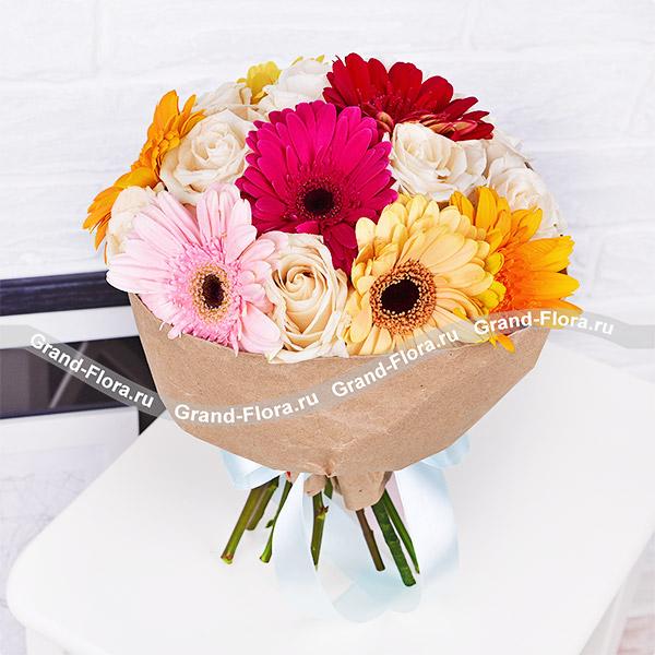 Симфония - букет с разноцветными герберами и белыми розами