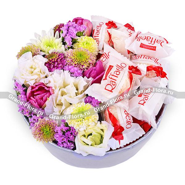 Новинки Гранд Флора Весна в цветах - коробка с цветами и конфетами фото