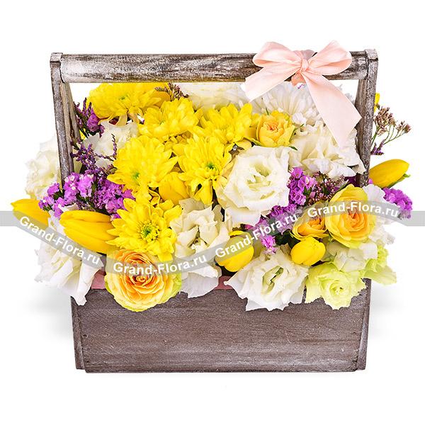 Краски жизни - ящик с желтыми хризантемами и кустовыми розами