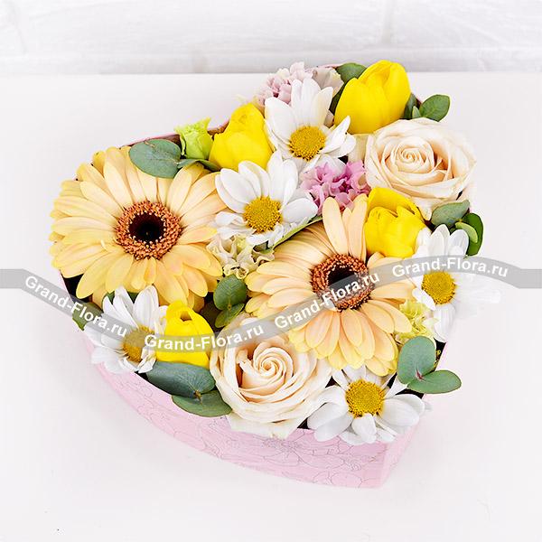 Солнечные дни - коробка с желтыми тюльпанами и герберами