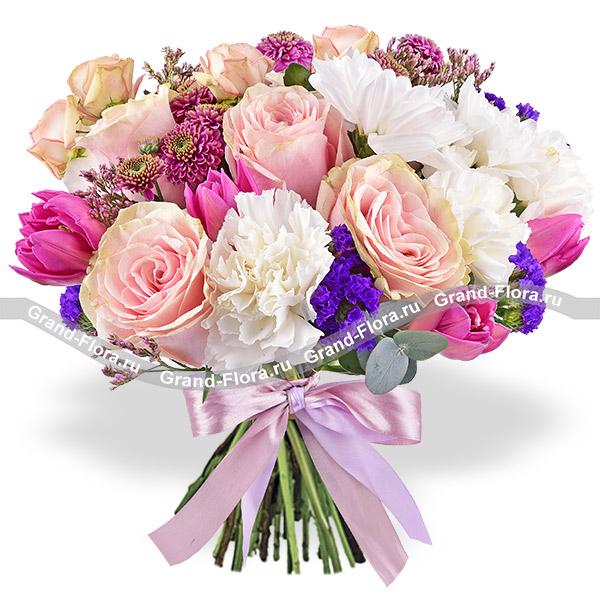 Калейдоскоп - букет с розовыми кустовыми розами и гвоздикой