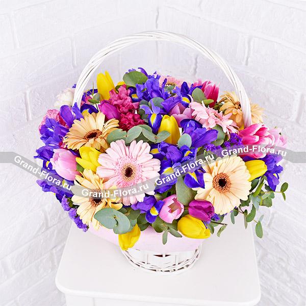 Грация - корзина  с разноцветными тюльпанами