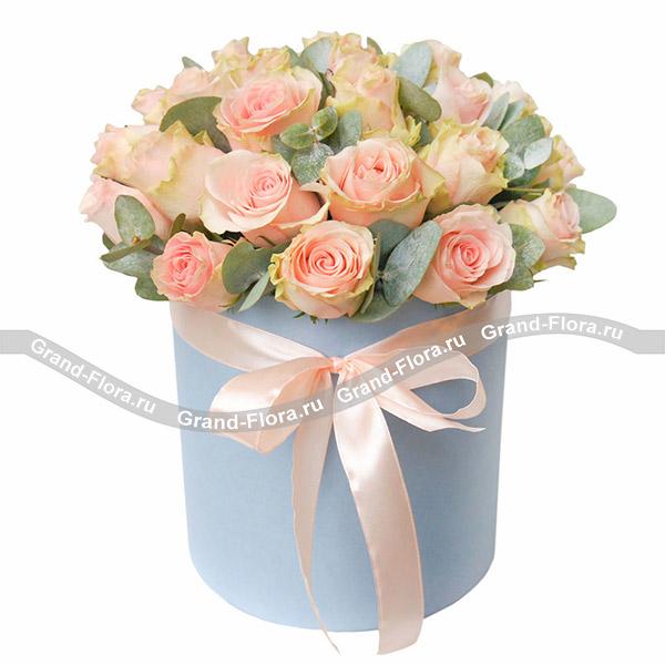 Цветы в коробке Гранд Флора Тайное свидание - коробка с розовыми розами фото