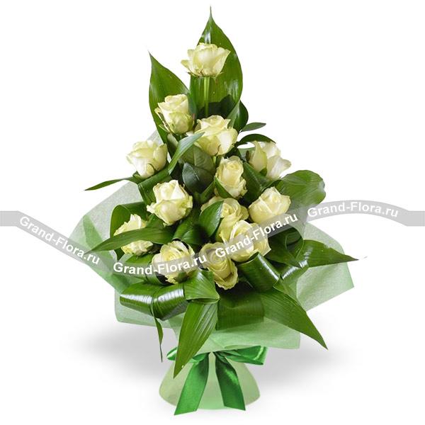 Цветы Гранд Флора Белый лед - букет из белой розы и рускуса фото