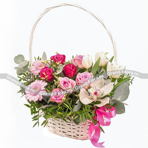 Цветочные корзины Гранд Флора Яркие лучи - корзина с розами и тюльпанами фото