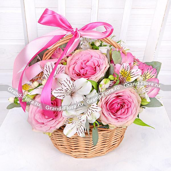 Цветы Гранд Флора Воздушное безе - корзинка из роз и альстромерий фото