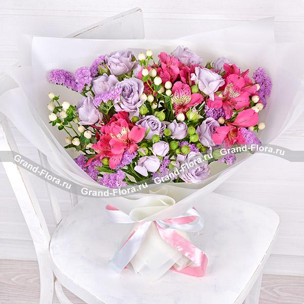 Все букеты Гранд Флора Лавандовый вечер - букет из кустовых роз и альстромерий с гиперикумом фото