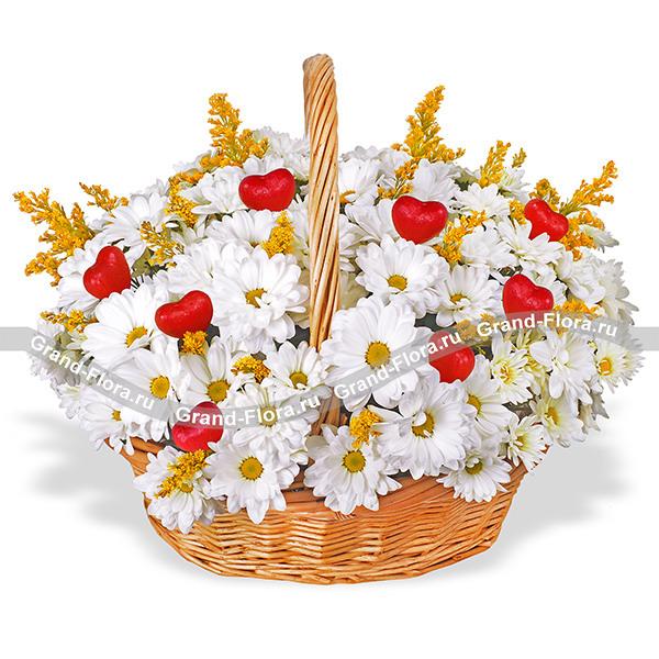 Цветочные корзины Гранд Флора Волшебный день - корзинка из кустовых хризантем с сердечками (акционное предложение) фото