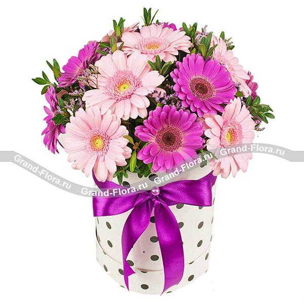 Новинки Гранд Флора Встреча двух сердец - коробка с розовыми и малиновыми герберами (акционное предложение) фото