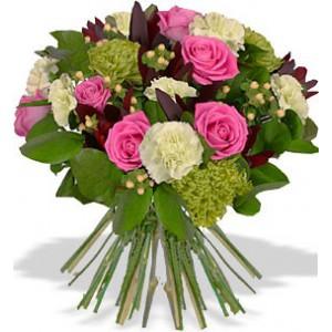 Катарина (уменьшенный)Абсентовые хризантемы, затаившиеся в охапке из розовых роз и белых гвоздик – это символ благополучия и успеха. И глядя на букет из роз, гвоздик и хризантем Талисман на удачу, вы можете быть абсолютно уверены, что он принесет вам счастье. Ведь подари...<br>