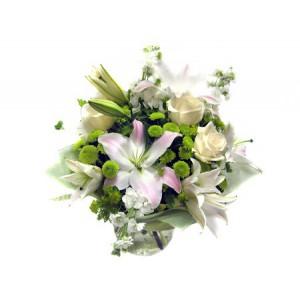 Золушка (уменьшенный)Удивительная композиция, состоящая из нежных чайных роз, редких зеленых хризантем и потрясающих лилий – белых с розовыми краями, словно переносят Вас из действительности в красивую сказку. Волшебный букет для настоящей принцессы! Подарите своей возл...<br>