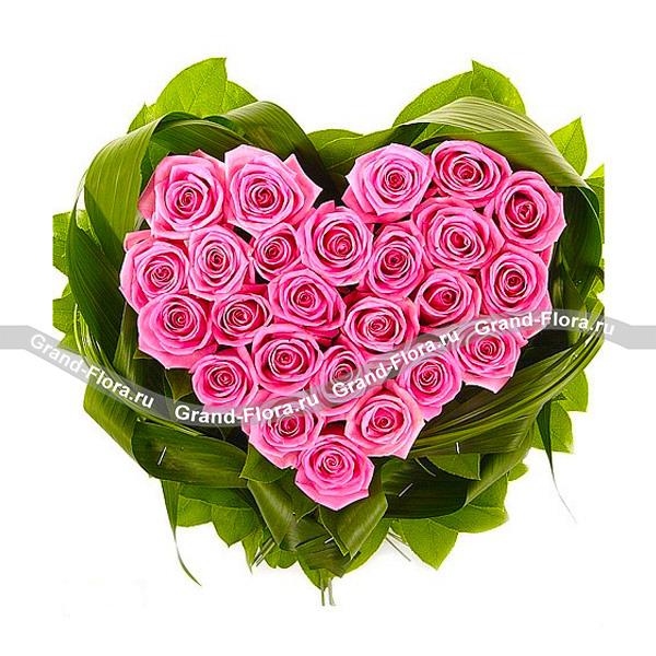 Сердце Августина - композиция из оазиса в виде сердца из розовых роз от Grand-Flora.ru