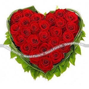 Безумная страстьКрасная роза всегда считалась символом безграничной любви и безумной страсти. Именно поэтому наши цветочные мастера назвали эту обворожительную композицию из красных роз Безумная страсть. Ведь глядя на это пылающее сердце из роз, невозможно думать н...<br>