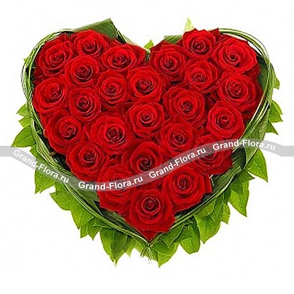 Безумная страсть - композиция в виде сердца из красных роз