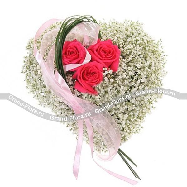 Композиция в виде сердца из розовых роз и гипсофилы