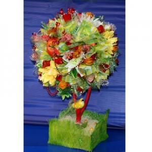 Букет из конфет «Райское дерево»Доставка букетов из конфет возможна при оформлении заказа не ранее чем за 2  (два) рабочих дня до планируемой даты доставки.<br><br><br><br>Композиция выполнена в виде дерева с использованием флористических материалов, бумаги,   шелковых цветов высо...<br>