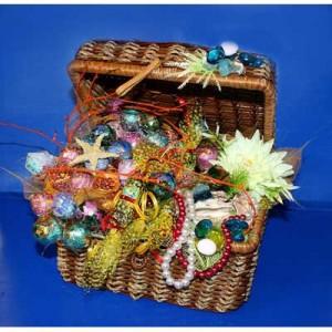Букет из конфет «Морские сокровища»Доставка букетов из конфет возможна при оформлении заказа не ранее чем за 2  (два) рабочих дня до планируемой даты доставки.<br><br><br><br>Композиция выполнена в соломенной корзине с использованием флористических материалов,   бумаги, шелковых цвет...<br>