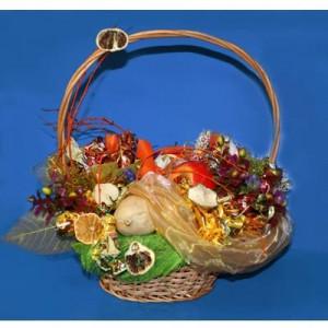 Букет из конфет Фруктовая волнаДоставка букетов из конфет возможна при оформлении заказа не ранее чем за 2  (два) рабочих дня до планируемой даты доставки.<br><br><br><br>Сладкий букет выполнен в соломенной корзине с использованием флористических материалов,   бумаги, шелковых цв...<br>