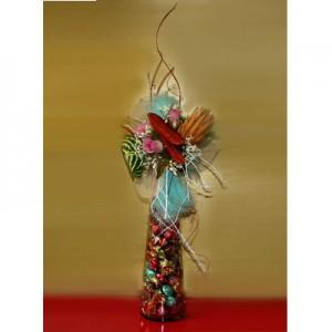 Букет из конфет «Мадмуазель»Доставка букетов из конфет возможна при оформлении заказа не ранее чем за 2  (два) рабочих дня до планируемой даты доставки.<br><br><br><br>Букет выполнен в стеклянной вазе с использованием флористических материалов, искусственных   цветов и сухоцве...<br>