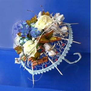 Букет из конфет «Зонтик»Доставка букетов из конфет возможна при оформлении заказа не ранее чем за 2  (два) рабочих дня до планируемой даты доставки.<br><br><br><br>Букет выполнен в виде декоративного зонтика с использованием флористических материалов,   шелковых цветов выс...<br>