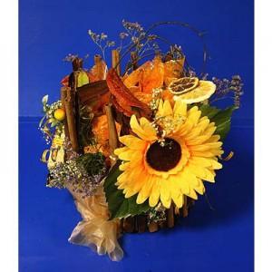 Букет из конфет «На заваленке»Доставка букетов из конфет возможна при оформлении заказа не ранее чем за 2  (два) рабочих дня до планируемой даты доставки.<br><br><br><br>Композиция выполнена с использованием флористических материалов, бумаги, шелковых цветов   высокого качества ...<br>