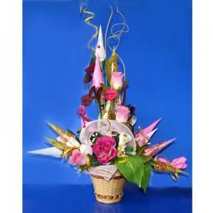 Букет из конфет «Гламур»Доставка букетов из конфет возможна при оформлении заказа не ранее чем за 2  (два) рабочих дня до планируемой даты доставки.<br><br><br><br>Композиция выполнена в соломенной корзиночке с использованием флористических материалов,    шелковых цветов в...<br>