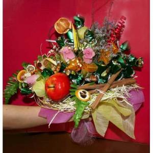 Букет из конфет «Запретный плод»Доставка букетов из конфет возможна при оформлении заказа не ранее чем за 2  (два) рабочих дня до планируемой даты доставки.<br><br><br><br>Букет выполнен с использованием флористических материалов, шелковых цветов высокого качества   и сухоцветов. ...<br>